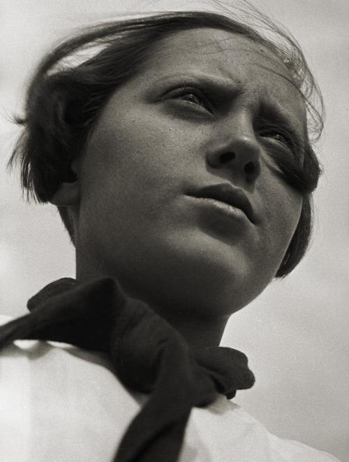 Aleksandr Rodčenko 09_Rodchenko, Pioneer Girl, 1930